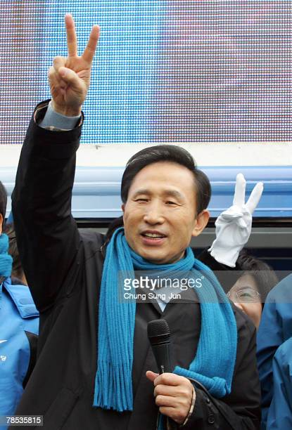Presidential candidate Lee MyungBak of the conservative main opposition Grand National Party meets with his supporters during a presidential election...