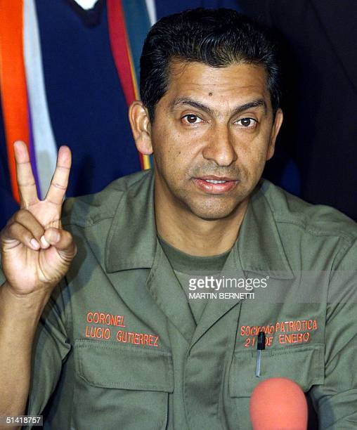 Presidential candidate of Ecuador retired colonel Lucio Gutierrez makes a sign of victory during a press conference in Quito 20 October 2002 The 4...