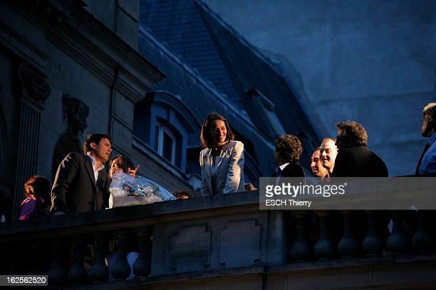 Results Of The Second Round Attitude souriante de Ségolène ROYAL s'adressant aux militants socialistes du balcon du siège du Ps rue de Solferino à...