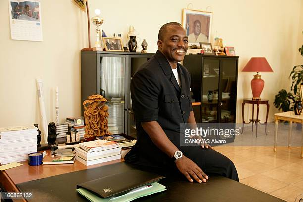 Presidential Elections In The Democratic Republic Of Congo Attitude souriante du président Joseph KABILA assis sur un coin d'une table dans son...