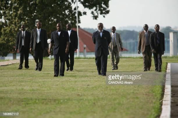 Presidential Elections In The Democratic Republic Of Congo Le président Joseph KABILA avec des collaborateurs et des gardes du corps dans les jardins...