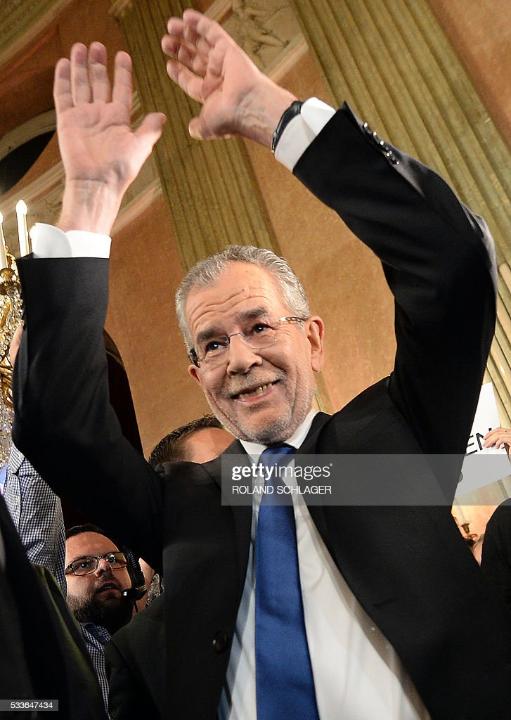 Presidentianl candidate backed by the Greens Alexander Van der Bellen reacts during an election party after the second round of the Austrian President elections on May 22, 2016 in Vienna. / AFP / APA / ROLAND SCHLAGER / Austria OUT