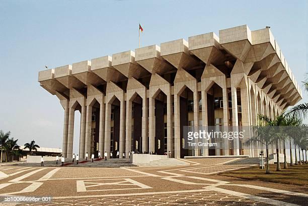 president's palace, yaounde, cameroon - cameroun photos et images de collection