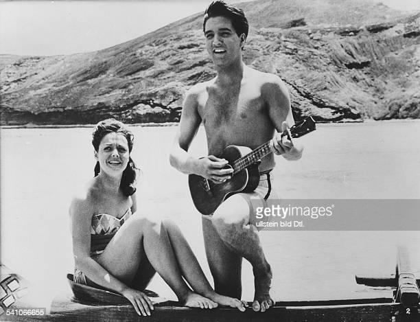 Presley Elvis *Saenger Schauspieler USA in dem Film 'Blaues Hawaii' mit Joan Blackman Regie Norman Taurog USA 1961