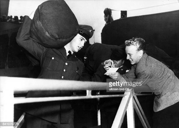 Presley Elvis*Singer actor USA Elvis on his arrival in Bremerhaven Germany to do his military service