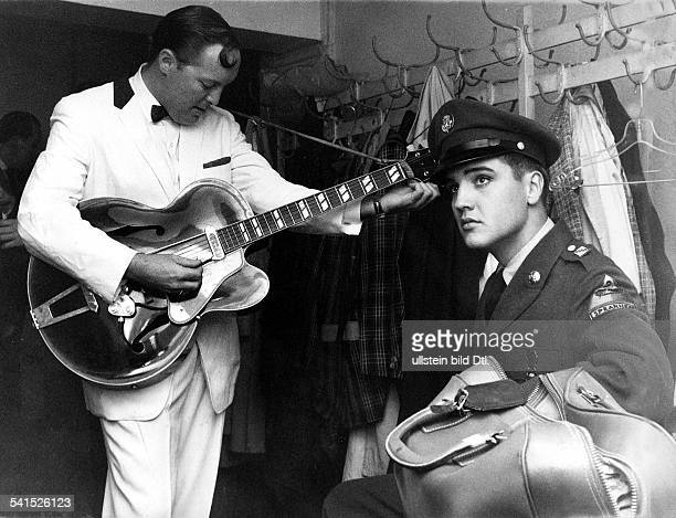 Presley Elvis*Singer actor USA Elvis visits rock 'n' roller Bill Haley in his dressing room during his Germany tour in Frankfurt