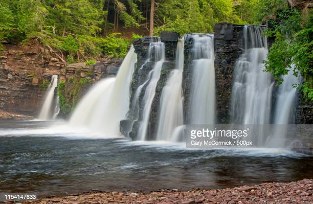 presque isle river falls manabezho august - ポーキュパイン山脈ウィルダネス州立公園 ストックフォトと画像