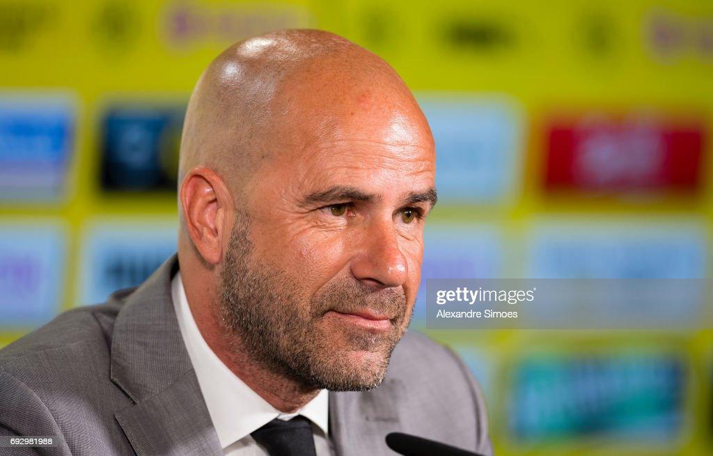 Borussia Dortmund Unveils New Signing Head Coach Peter Bosz : Nachrichtenfoto