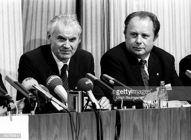 Press conference for the opening of the Brandenburger Tor: Hans MODROW , GDR Prime Minister and Wolfgang MEYER GDR government spokesman during the...