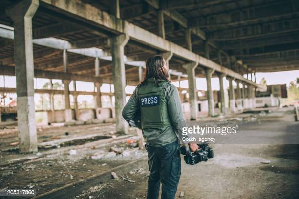 presse im kriegsgebiet - reporterstil stock-fotos und bilder