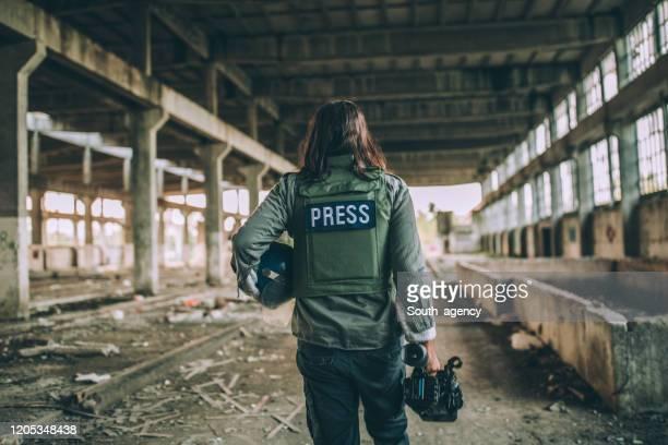 presse im kriegsgebiet - journalist stock-fotos und bilder