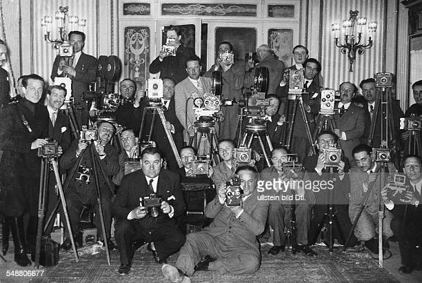 Press photographer and cameramen reporting about the conference in Stresa - ca. 1935 - Photographer: Eric Borchert - Published by: 'Die Gruene Post'...