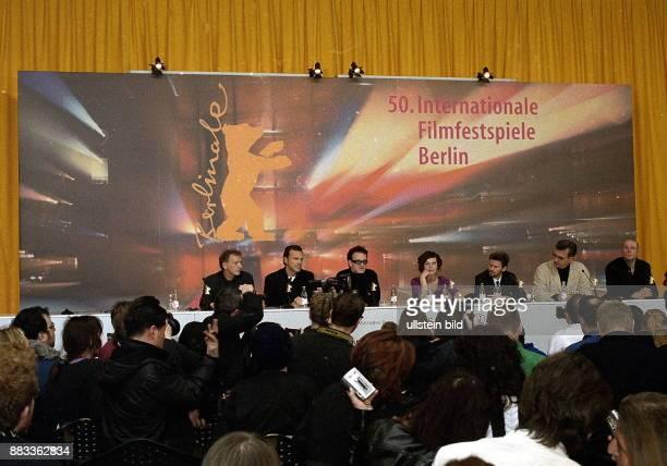 Pressekonferenz zum Eröffnungsfilm der 50 Internationalen Filmfestspiele Berlin 'The Million Dollar Hotel' von Wim Wenders Ulrich Felsberg NN Bono...