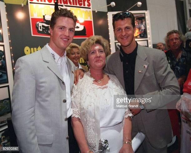 Pressetermin in Kerpen 210797 Ralf SCHUMACHER neben seiner Mutter Elisabeth SCHUMACHER und Michael SCHUMACHER/Die Eltern der Formel 1...