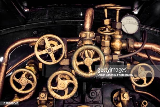 pressure gauge of an old steam engine - rebite ferramenta de trabalho imagens e fotografias de stock