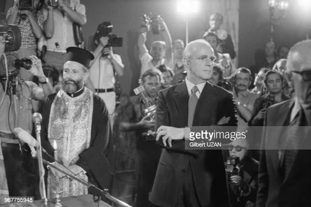 Prestation de serment du nouveau 1er ministre Konstantínos Karamanlís devant l'archevêque Serafim le 24 juillet 1974 à Athènes Grèce