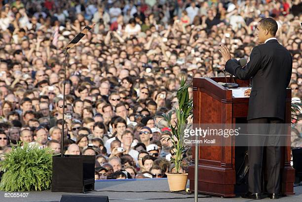 Presumptive US Democratic presidential candidate Sen Barack Obama speaks in front of the Siegessaeule at the Grosser Stern in Tiergarten on July 24...