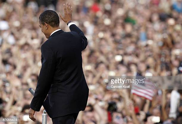 Presumptive US Democratic presidential candidate Sen Barack Obama waves to the crowd after speaking in front of the Siegessaeule at the Grosser Stern...