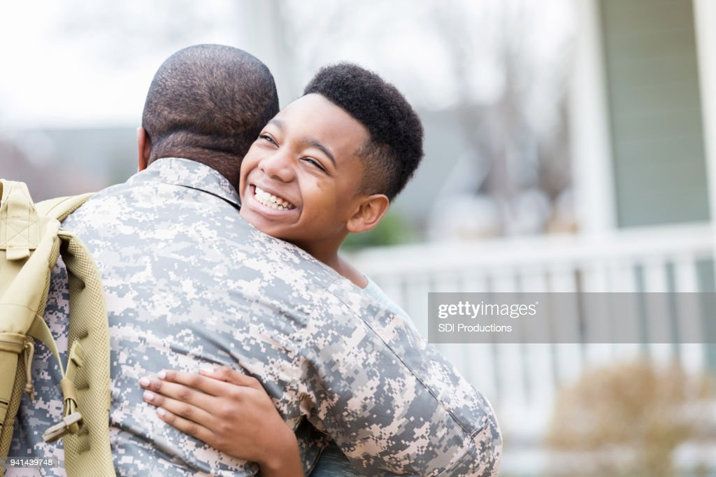 Preteen boy reunites with military dad : Stock Photo