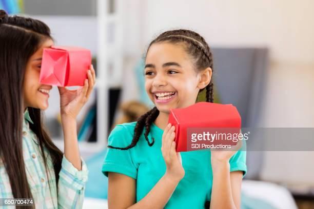 Preteen Freunde genießen mit virtual-Reality-Brille