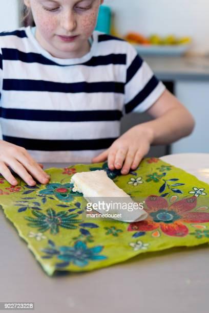 "preteen girl showing how to use eco-friendly food wrap. - ""martine doucet"" or martinedoucet imagens e fotografias de stock"
