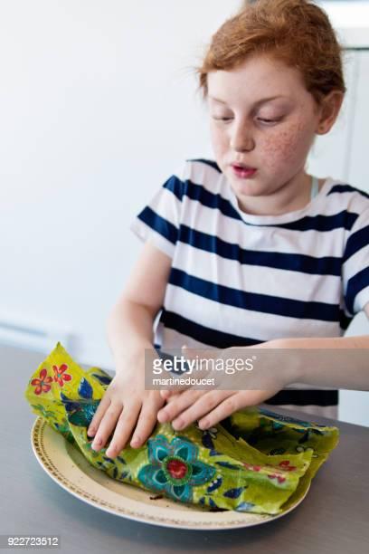 """preteen meisje tonen het gebruik van eco-vriendelijke voedsel wrap. - """"martine doucet"""" or martinedoucet stockfoto's en -beelden"""