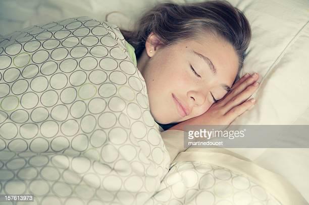 Preteen Ragazza sorridente nel Suo sonno