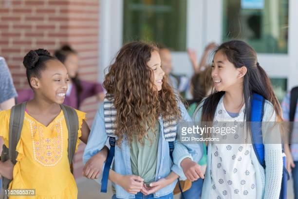 preteen school girls - aluna da escola secundária imagens e fotografias de stock