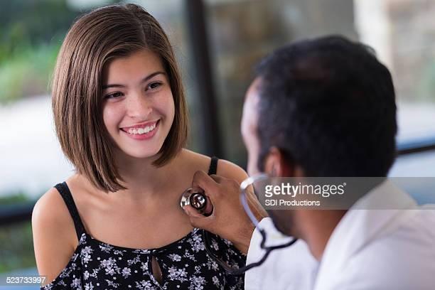 Preteen student lächelnd während Sie sich mit Kinderarzt