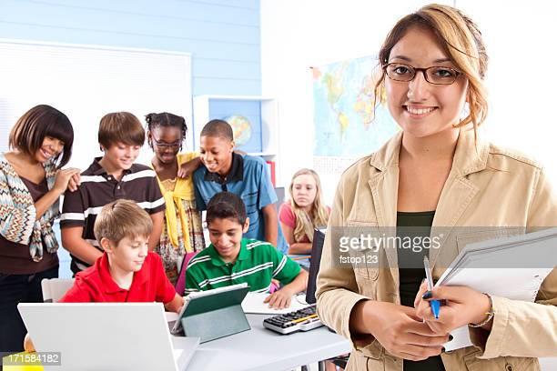 Pre-Adolescente estudiantes con el profesor en el laboratorio de ordenadores, profesor. Escuela. La educación.