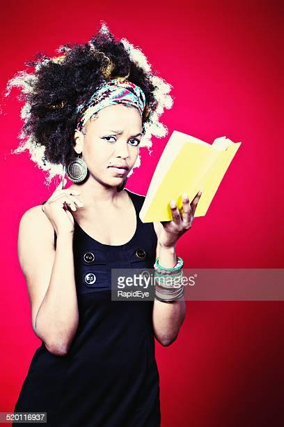 Ziemlich Afro männlichen Frau besorgt über die Inhalte von buchen