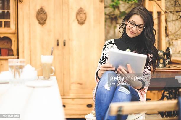 Joli jeune créateur dans un coffee shop