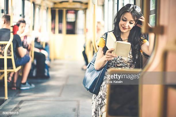 Hübsche Schönheit lesen