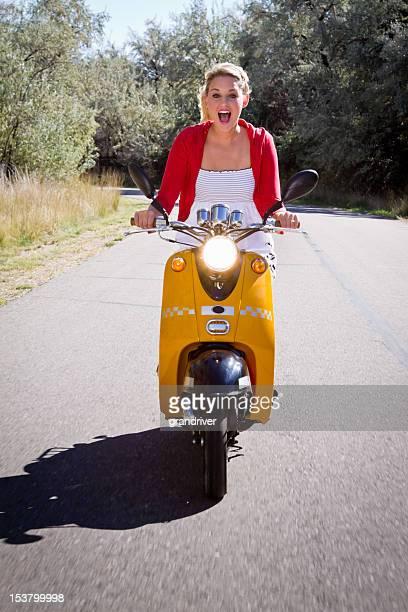 Schönes Blondes auf einem Scooter