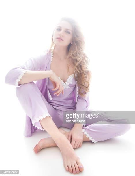 mooie blonde model meisje in de lingerie op de witte achtergrond - nachthemd stockfoto's en -beelden