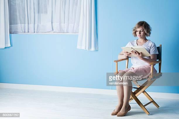 jolie adolescente blonde lisant un livre - ado minijupe photos et images de collection