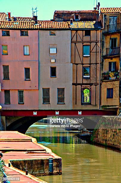 pretty bridge on the canal - canal du midi photos et images de collection