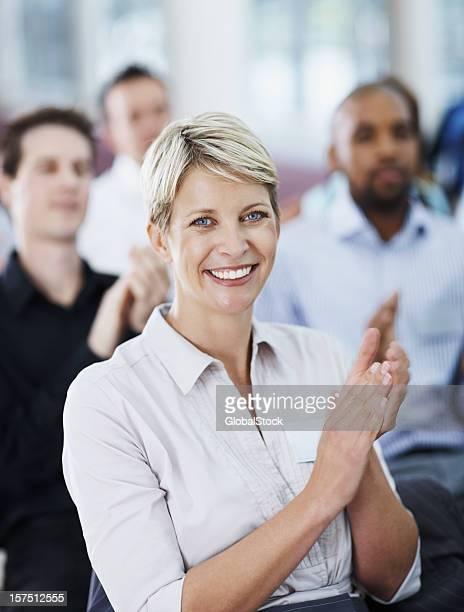 Jolie Femme d'affaires applaudir lors d'un séminaire