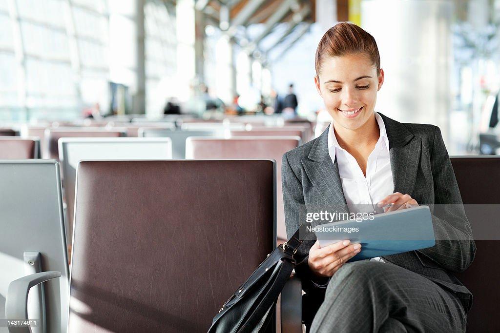 Jolie Femme d'affaires avec une tablette dans la zone de départ : Photo
