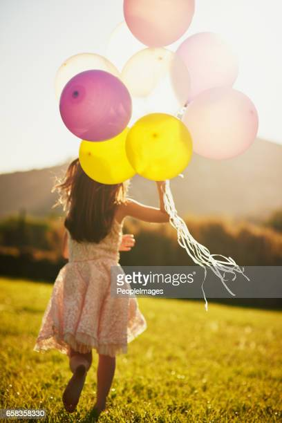 mooie kleuren in de wind - alleen één meisje stockfoto's en -beelden