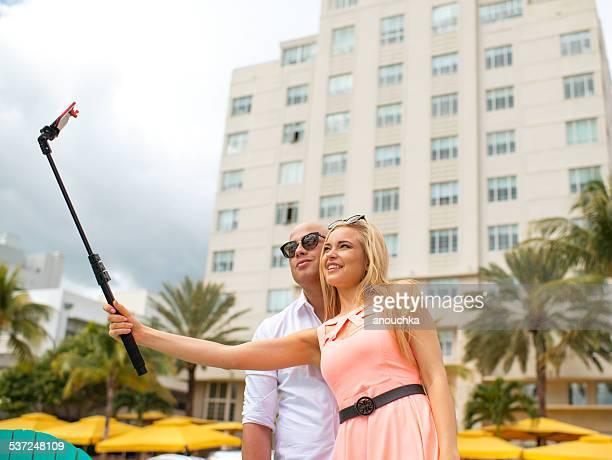 Joli Couple faisant des autophotos sur Ocean Drive