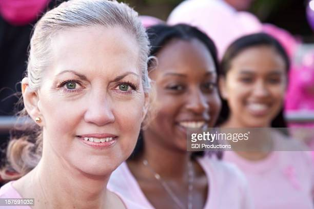 Jolie divers groupe de femmes portant de la suite Rose