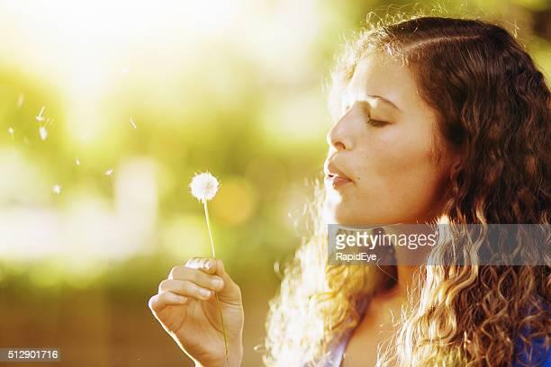 Hübsche Mädchen Sie schön Blasen Löwenzahn Samen im Sonnenschein