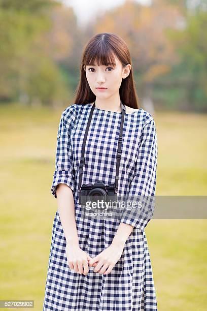 pretty girl dslr camera - aziatische etniciteit stockfoto's en -beelden
