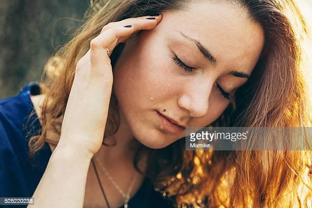 かわいい女の子 を家と泣く