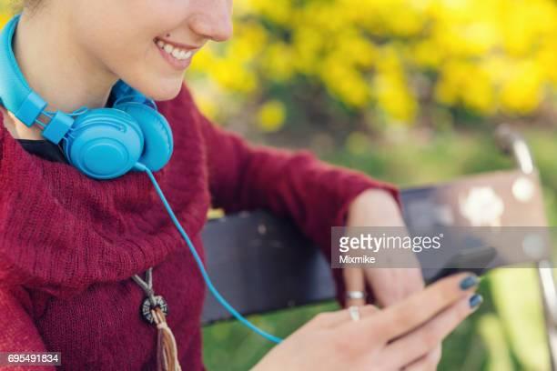 Hübsches Mädchen Holding Cell phone