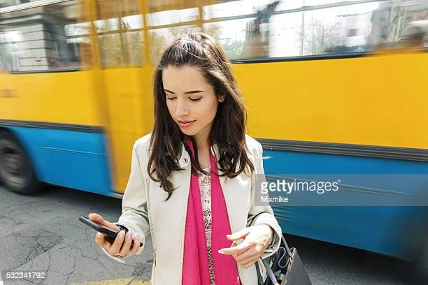 Jolie fille envoyer des SMS sur téléphone portable