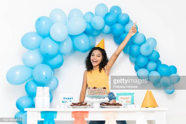 linda menina com um bolo de aniversário festa - birthday balloons - fotografias e filmes do acervo