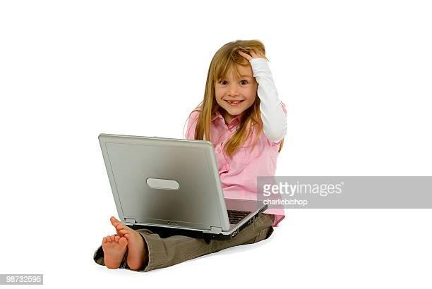 Hermosa Chica con portátil sonriendo a la cámara Aislado en blanco