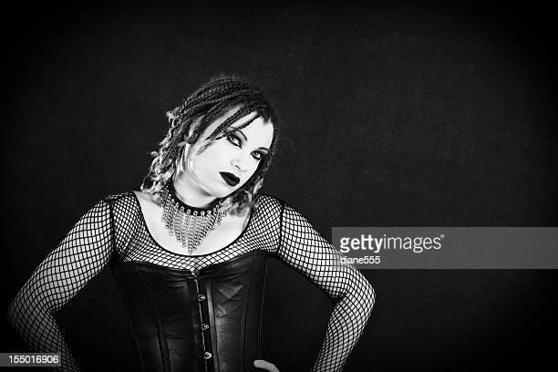 Pretty gótico mujer con una actitud
